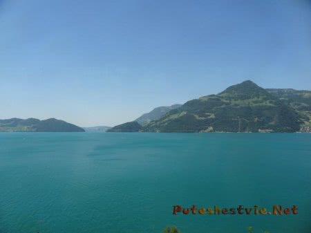 Озеро среди швейцарских Альп
