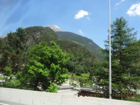 Гора рядом с поселком в Швейцарии
