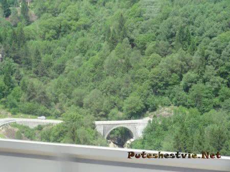 Мост через горную пропасть в Швейцарии