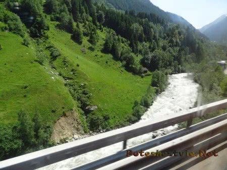 Бурлящие воды горной альпийской реки