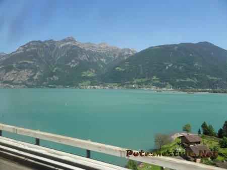 Городки вдоль озера в Альпах