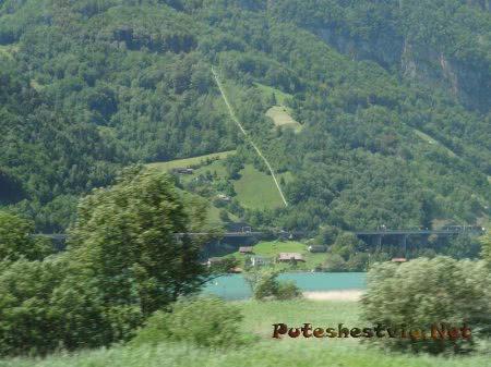 Бирюзовые воды горной реки в Швейцарии
