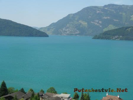 Очертания прекрасного берега озера в Швейцарии