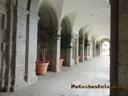 Крытая галерея рядом с садом Эскориала