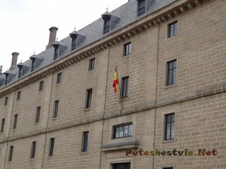 Испанский флаг на здании Эскориала