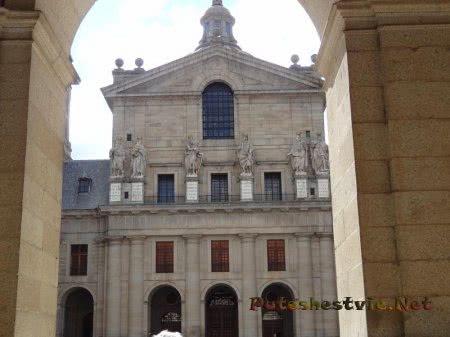 Фасад здания во внутреннем дворе Эскориала