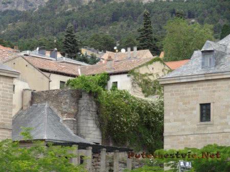 Часть древних стен Эскориала рядом с современными домами