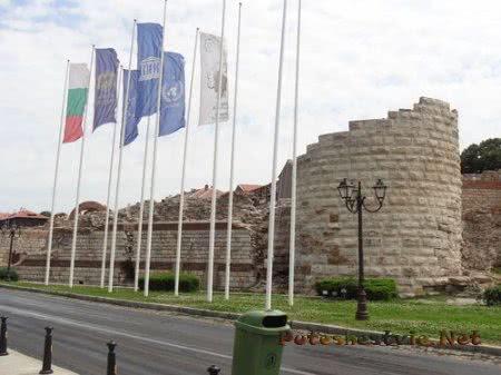 Разрушенные крепостные стены Несебра