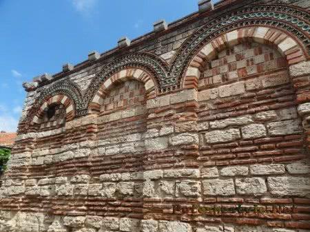 Красивая кладка Церкви Архангелов Михаила и Гавриила в Несебре