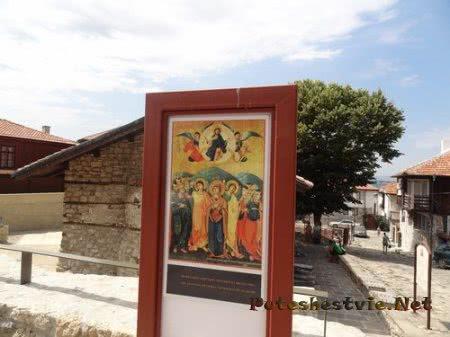Старинная улица города Несебр с церковью