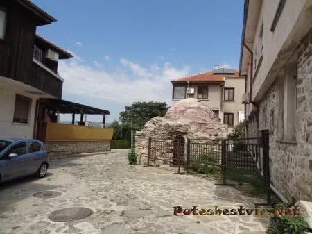 Маленький древний храм в Несебре