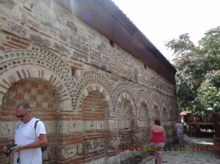 Туристы у старинной болгарской церкви