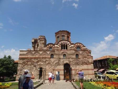 Туристы фотографируют старинную церковь Несебра