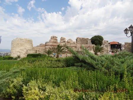 Древние крепостные стены города Несебр
