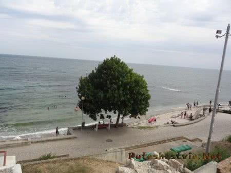 Небольшой пляж у набережной Несебра
