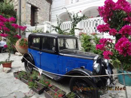 Раритетный автомобиль во дворе ресторана Несебра