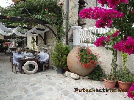 Красивый дворик ресторана Капитанская встреча в Несебре