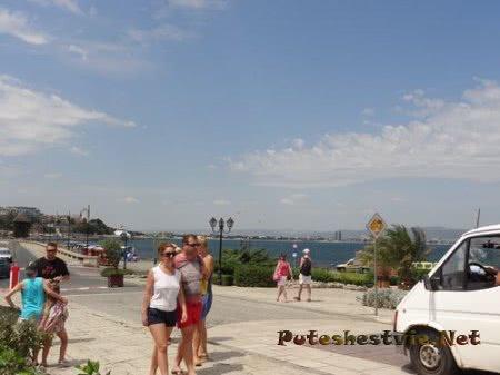 Туристы перед стенами Несебра