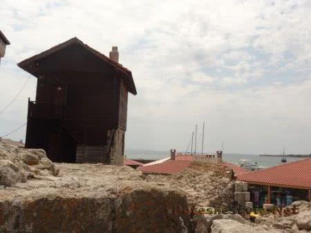 Более новые дома на развалинах старого Несебра