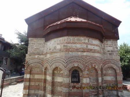 Маленькая церковь в Несебре с одним окном