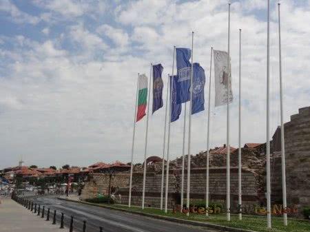 Флаги около стен Несебра