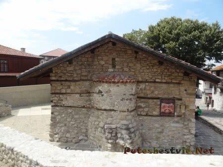 Скромное здание старинной церквушки Несебра