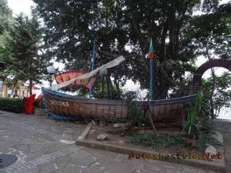Рыбацкая лодка рядом с рыбным рестораном Несебра