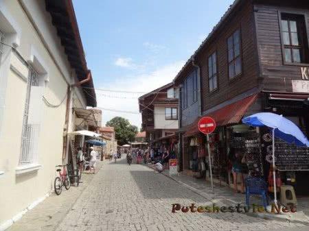 Множество сувенирных магазинчиков в Несебре