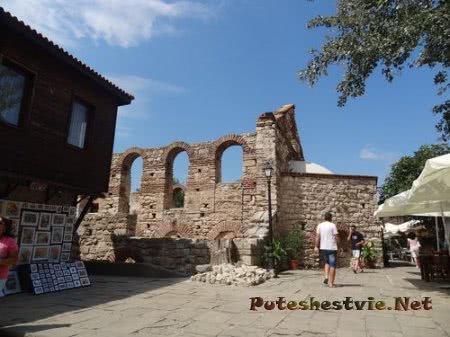 Руины сосоедствуют с более современными строениями