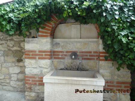 Источник освященной воды в церкви Несебра