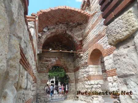 Церковь разрушенная землетрясением в Несебре