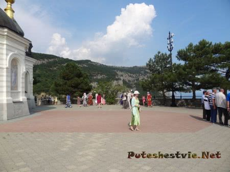 прихожане и туристы возле Форосской церкови в Крыму