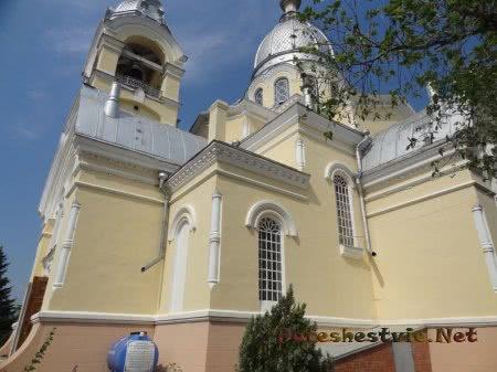 Вид сбоку на Казанский собор
