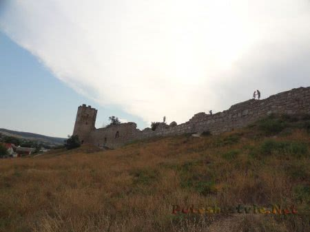 Вид снизу на крепостные стены Феодосии