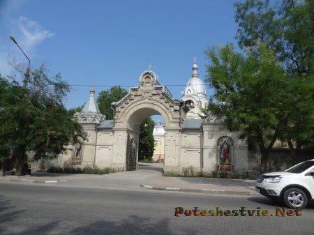 Входные ворота на территорию Казанского собора Феодосии