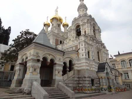 Главный вход в ялтинский Собор Александра Невского