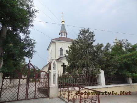 Вход на территорию Церкви Всех Святых Феодосии