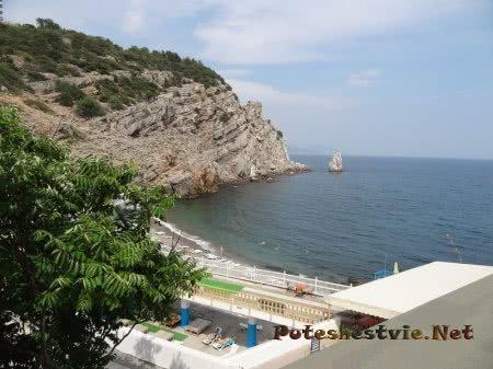 Пляж у скалы с Замком Ласточкино гнездо