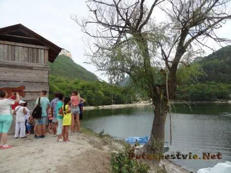 Туристы на Мангупском озере
