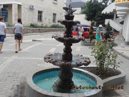 Фонтан на одной из улиц Феодосии