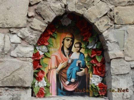 Икона Иверской Божьей Матери в стене церкви