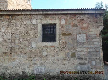Наружняя стена армянской церкви с хачкарами