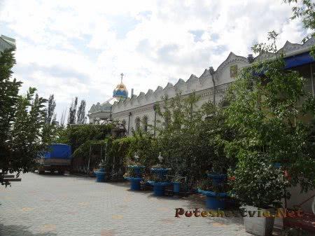 Ухоженный двор Церкви Святой Екатерины