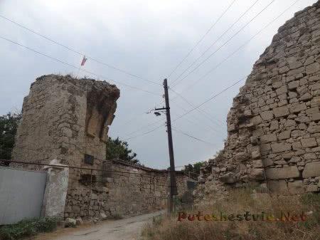 Остатки крепостных ворот ведущих на территорию старинного города Кафа в Феодосии