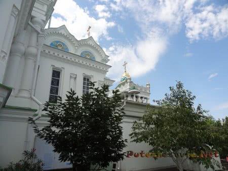 Вид сбоку на феодосийскую Церковь Святой Екатерины