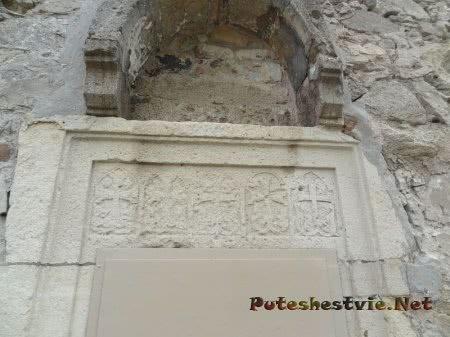 Украшение дверной арки старинной церкви