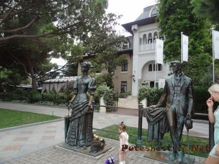Памятник Даме с собачкой на Набережной Ялты