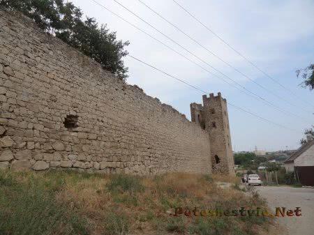 Крепостные стены окружающие Карантинный холм Феодосии