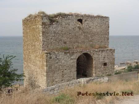 Доковая башня на территории Генуэзской крепости Феодосии