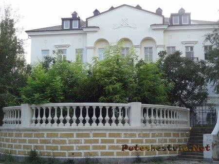 Старинные здания на проспекте Айвазовского в Феодосии